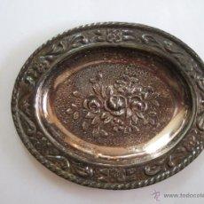 Antigüedades: PEQUEÑA BANDEJA DE ALPACA PLATEADA - 9,5X7,5 - DECORADA CON FLORES. Lote 54853140