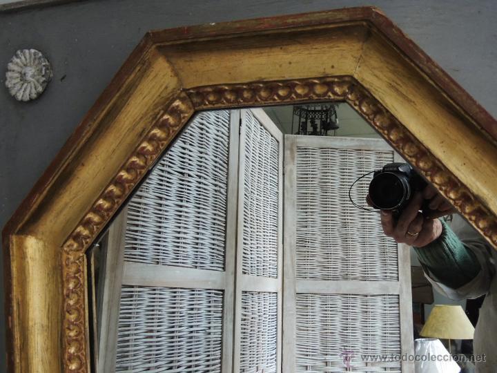 Antigüedades: ESPEJO OCTOGONAL ANTIGUO DE MADERA DORADA SOBRE MADERA EN DECAPE - Foto 4 - 54927190