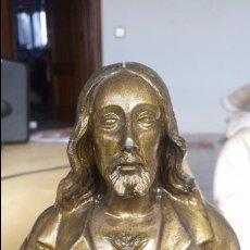 Antigüedades: PRECIOSO BUSTO DEL SAGRADO CORAZÓN DE JESÚS, 16 CMS. EL BUSTO. METAL; PEANA DE MADERA. BUEN ESTADO.. Lote 54941062