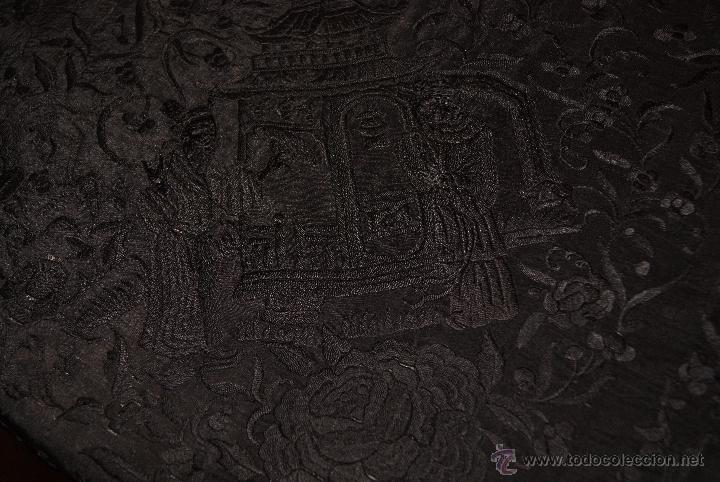 PRECIOSO MANTON ISABELINO NEGRO COMPLETAMENTE BORDADO FLORES PAJAROS Y DIBUJOS CHINESCOS (Antigüedades - Moda - Mantones Antiguos)