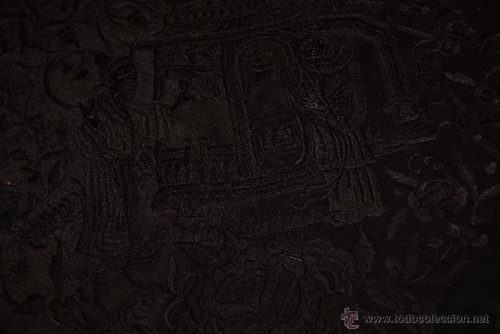 Antigüedades: PRECIOSO MANTON ISABELINO NEGRO COMPLETAMENTE BORDADO FLORES PAJAROS Y DIBUJOS CHINESCOS - Foto 2 - 54945720