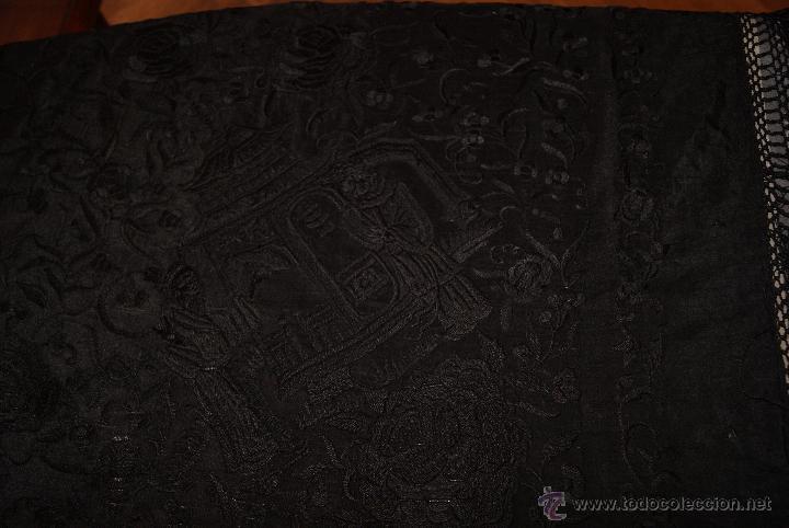 Antigüedades: PRECIOSO MANTON ISABELINO NEGRO COMPLETAMENTE BORDADO FLORES PAJAROS Y DIBUJOS CHINESCOS - Foto 4 - 54945720