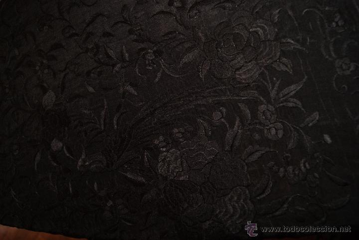 Antigüedades: PRECIOSO MANTON ISABELINO NEGRO COMPLETAMENTE BORDADO FLORES PAJAROS Y DIBUJOS CHINESCOS - Foto 5 - 54945720