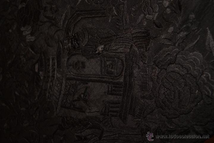 Antigüedades: PRECIOSO MANTON ISABELINO NEGRO COMPLETAMENTE BORDADO FLORES PAJAROS Y DIBUJOS CHINESCOS - Foto 6 - 54945720