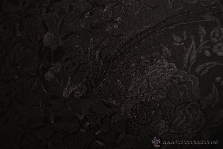 Antigüedades: PRECIOSO MANTON ISABELINO NEGRO COMPLETAMENTE BORDADO FLORES PAJAROS Y DIBUJOS CHINESCOS - Foto 7 - 54945720