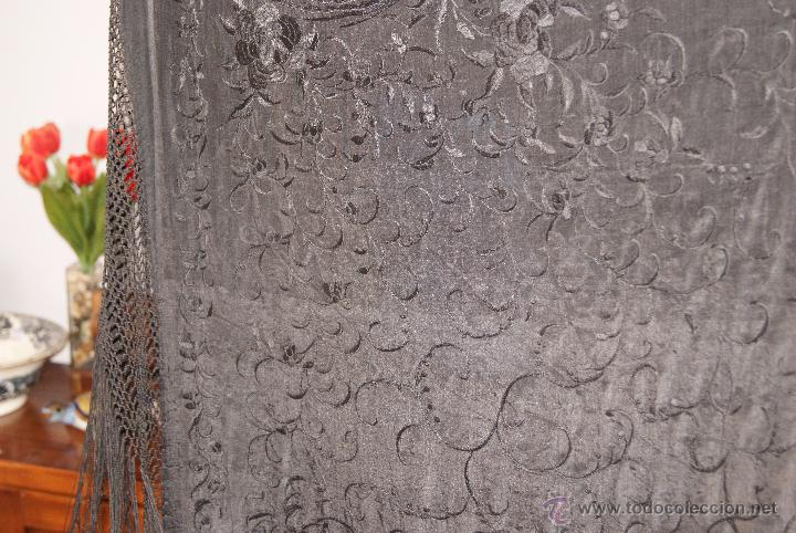 Antigüedades: PRECIOSO MANTON ISABELINO NEGRO COMPLETAMENTE BORDADO FLORES PAJAROS Y DIBUJOS CHINESCOS - Foto 9 - 54945720