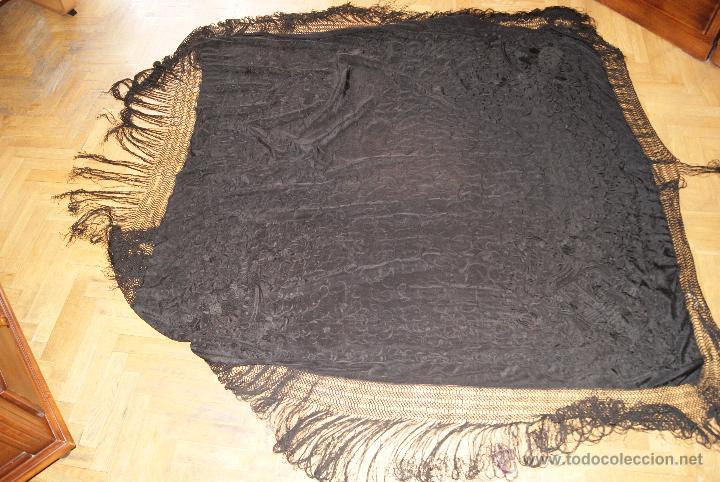Antigüedades: PRECIOSO MANTON ISABELINO NEGRO COMPLETAMENTE BORDADO FLORES PAJAROS Y DIBUJOS CHINESCOS - Foto 10 - 54945720