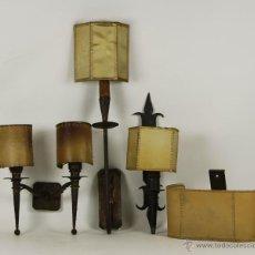 Antigüedades: CONJUNTO DE 4 APLIQUES EN HIERRO FORJADO. PANTALLAS EN PERGAMINO. CIRCA 1930. . Lote 54947463