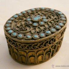 Antigüedades: CAJITA TIBETANA PARA RAPE - FILIGRANA DE ALEACION DE PLATA Y TURQUESAS. Lote 54954554