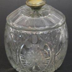 Antigüedades: BOMBONERA EN CRISTAL TALLADO. ASIDERO DE LA TAPA EN PLATA. CIRCA 1960. . Lote 54962558