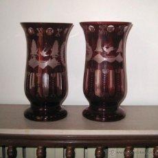 Antigüedades: PAREJA DE JARRONES TALLADOS EN CRISTAL BICOLOR. Lote 54992630