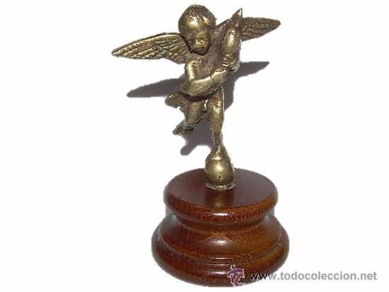ANTIGUA Y PEQUEÑA FIGURA ANGEL DE BRONCE SOBRE PEANA DE MADERA. (Antigüedades - Hogar y Decoración - Figuras Antiguas)