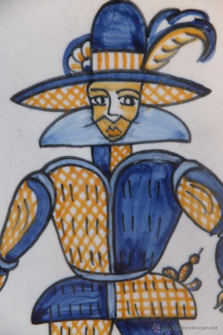 PLATO TALAVERA CON SOLDADO DE FLANDES Y RAMOS SERIE TRICOLOR LA MENORA (Antigüedades - Porcelanas y Cerámicas - Talavera)