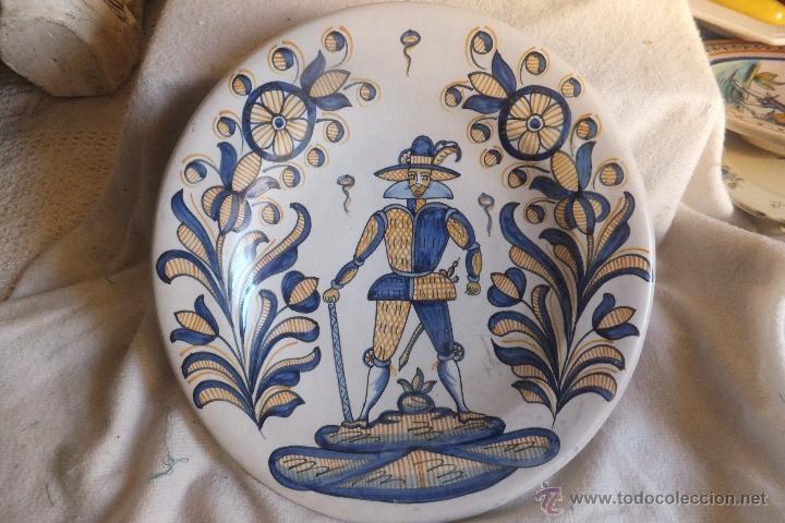 Antigüedades: Plato Talavera con soldado de Flandes y ramos serie tricolor La Menora - Foto 2 - 55000997