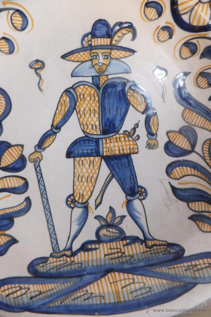 Antigüedades: Plato Talavera con soldado de Flandes y ramos serie tricolor La Menora - Foto 3 - 55000997