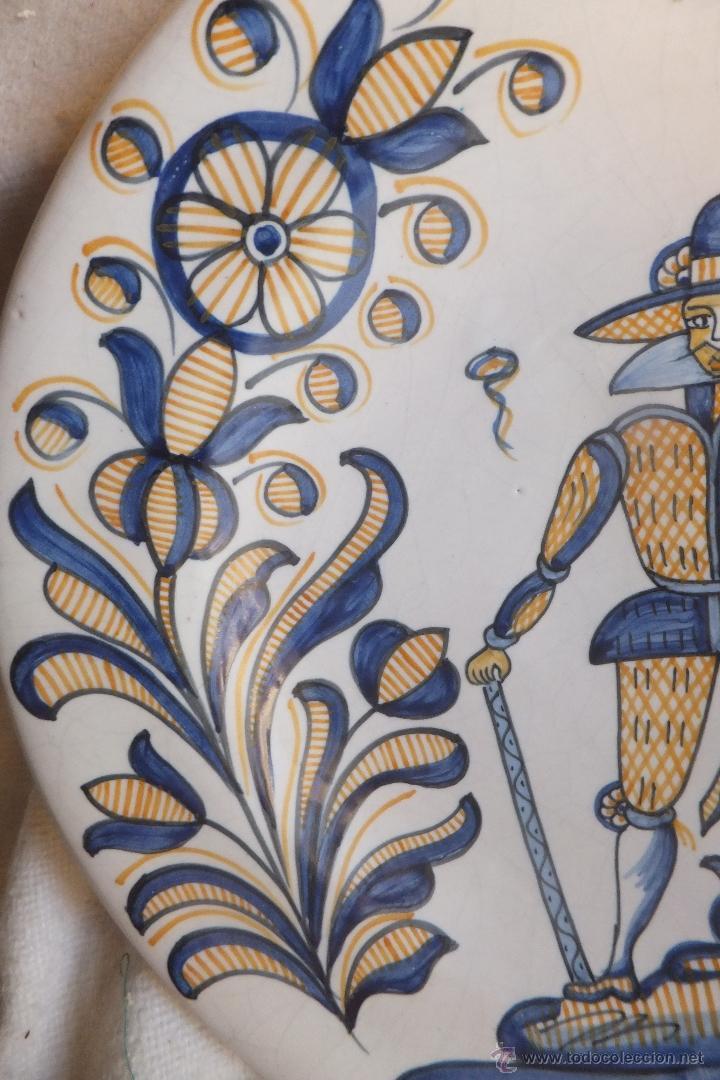 Antigüedades: Plato Talavera con soldado de Flandes y ramos serie tricolor La Menora - Foto 4 - 55000997
