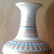 Antigüedades: JARRÓN EN PORCELANA POLICROMADA Y DORADA KAISER GERMANY . Lote 55006307