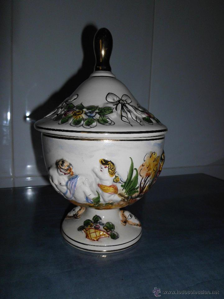 ANTIGUA BOMBONERA DE CERÁMICA CON DIBUJOS EN RELIEVE PINTADO A MANO (Antigüedades - Porcelanas y Cerámicas - Alcora)