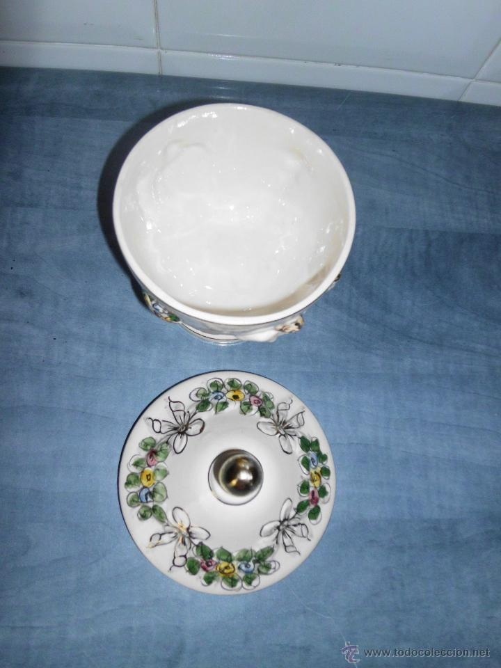 Antigüedades: Antigua bombonera de cerámica con dibujos en relieve pintado a mano - Foto 7 - 55008280