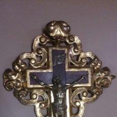 Antigüedades: CRUZ EN MADERA TALLADA Y PAN DE ORO Y CRISTO EN BRONCE. Lote 55023287