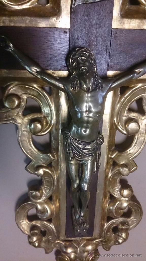 Antigüedades: Cruz en madera tallada y pan de oro y cristo en bronce - Foto 2 - 55023287