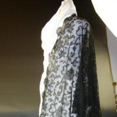 Antigüedades: MANTILLA. BORDADO MANUAL SOBRE TUL. 200X70. ESPAÑA. CIRCA 1950.. Lote 55028719