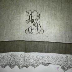 Antigüedades: SÁBANA INDIVIDUAL EN LINO DE GRAN FINURA BORDADO A MANO. ENCAJE DE BOLILLOS. XIX. Lote 104590943