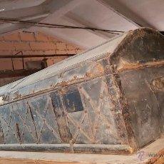 Antigüedades: ARCON DE TRANSPORTE INDIANO, EN PIEL CON ADORNOS EN METAL. PARA RESTAURAR.. Lote 25965394