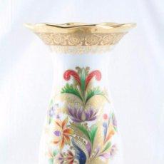 Antigüedades: BONITO JARRÓN DE PORCELANA - PORCELLANES SNEROLL. BOHEMIA - DECORACIÓN POLÍCROMA Y ORO - ALT 29,5 CM. Lote 55111408
