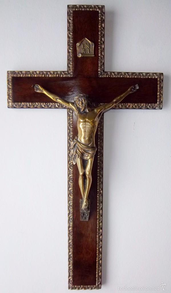 CRUCIFIJO EN MADERA DE CAOBA, ENMARCADO EN BRONCE DORADO, CRISTO Y ESTELA EN BRONCE. (Antigüedades - Religiosas - Crucifijos Antiguos)