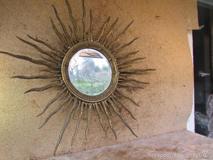 espejo antiguo de iglesia en bronce forma de sol con conchas peregrinas grabadas