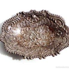 Antigüedades: PRECIOSO CENICERO O APERITIVERO DE PLATA CON ESCENA Y ADORNOS FLORALES - 14,5X11 CM 47 GRAMOS. Lote 55132674