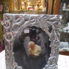 Antigüedades: MARCO PORTAFOTOS DE SOBREMESA EN PELTRE O SIMILAR, PARA FOTO 21 X 26 CMS. APROX.. Lote 55171728