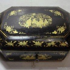 Antigüedades: COSTURERO O CAJA DE JUEGOS CHINA. S.XIX. LACADA EN NEGRO CON MOTIVOS ORIENTALES DORADOS. CON LLAVE.. Lote 55173099