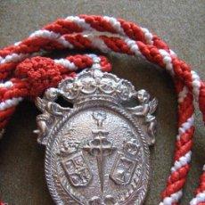 Antigüedades: MEDALLA CON CORDON DE LA HERMANDAD DE SANTIAGO DE CASTILLEJA DE LA CUESTA - SEVILLA . Lote 55230232