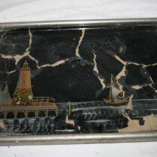 Antigüedades: BANDEJA MUY ANTIGUA TIPO CAMARERA DE METAL MADERA Y CRISTAL CON BONITO DIBUJO COSTERO. Lote 55240668