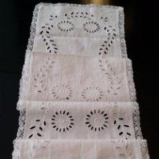 Antigüedades: ANTIGUO TAPETE / CAMINO BORDADO. Lote 55246886