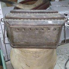 Antigüedades: BRASERO PORTÁTIL DE CINC Y MADERA. Lote 55302614
