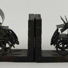 Antigüedades: PAREJA DE APOYALIBROS EN MADERA Y METAL. COCHES DE EPOCA. CIRCA 1950.. Lote 55317354
