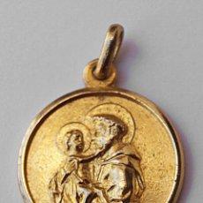 Antigüedades: MEDALLA SANTO CON NIÑO JESUS?. METAL DORADO. 2 CM DIAMETRO APROX SIN ARGOLLA. VER FOTOS.. Lote 55348776