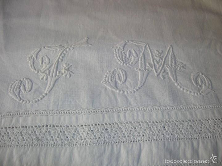 Antigüedades: Antigua funda de almoada con remates a ganchillo y letras bordadas a mano - Foto 2 - 55362880