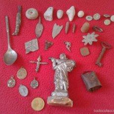 Antigüedades: LOTE DE 32 PIEZAS A IDENTIFICAR CRUZ BOTONES DEDAL FLECHAS BALAS FIGURA AGUJA LLAVE RESELLO ETC VER . Lote 55364632