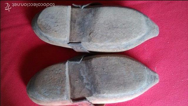 Antigüedades: ANTIGUOS ZUECOS DE MADERA Y CUERO - Foto 3 - 55366788