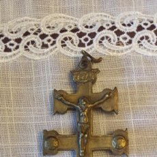 Antigüedades: ANTIGUA CRUZ DE CARAVACA EN BRONCE. Lote 55368652