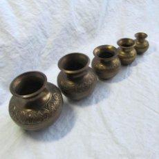 Antigüedades: FAMILIA DE PEQUEÑOS JARRONES DE BRONCE (5 PIEZAS). Lote 55381657