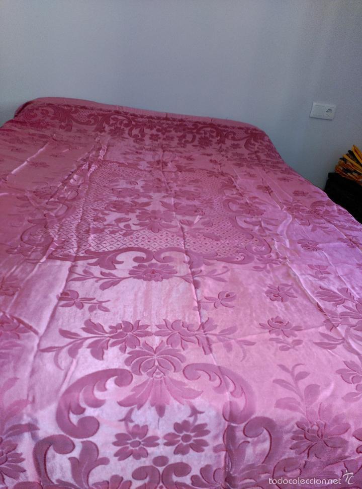 Antigüedades: Colcha antigua raso damasco rosa fresa - Foto 5 - 55365220