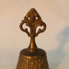 Antigüedades: CAMPANA ANTIGUA DE MANO EN BRONCE CON RELIEVES. Lote 55399763
