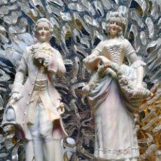 Antigüedades: PAREJA GALANTE EN PORCELANA FRANCESA FINALES DEL XIX (24 CM). Lote 55577051