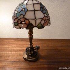Antigüedades: LAMPARA DE SOBREMESA DE BRONCE Y TULIPA TIFFANY. Lote 55662116