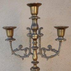 Antigüedades: CANDELABRO TRES BRAZOS DE METAL 33 CM. ALTURA 20 CM. ANCHO. Lote 55690017